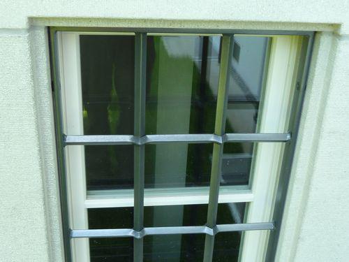Fenstergitter mit gelochten Stäben