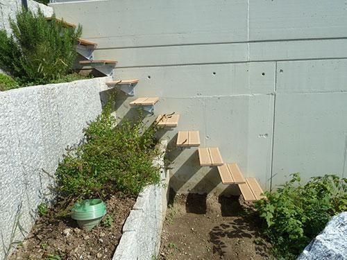 auskragende Treppentritten in Betonmauer geschraubt