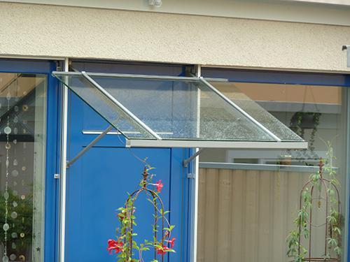 leichtes Glasdach, vorne mit Rinne